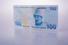 De bankbiljetten van de Turkshlire van 100 op witte achtergrond Stock Fotografie