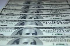 De bankbiljetten van dollars worden op een rij gestapeld Royalty-vrije Stock Afbeelding