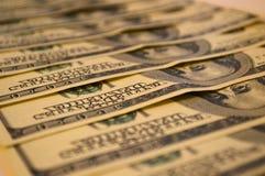 De bankbiljetten van dollars worden op een rij gestapeld Royalty-vrije Stock Afbeeldingen