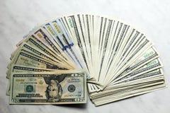 De bankbiljetten van gelddollars van verschillende benaming Royalty-vrije Stock Fotografie