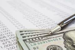 De bankbiljetten van het dollargeld op financiële jaarverslagen stock afbeelding