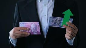 De bankbiljetten van de mensenholding, dollar die relatieve Zwitserse frank, financiële voorspelling kweken stock footage