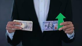 De bankbiljetten van de mensenholding, dollar het groeien met betrekking tot Japanse Yen, effectenbeurs stock footage