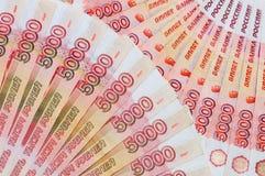 De bankbiljetten van 5000 Russische roebels worden rond gevestigd Stock Foto