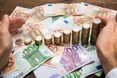 De Bankbiljetten van zakenmanprotecting coins and Stock Foto's