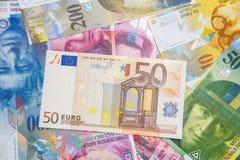 De bankbiljetten van Zwitser en de EU- Stock Afbeelding