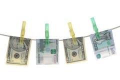 De bankbiljetten zijn vastgehaakte wasknijpers op een kabel Stock Fotografie