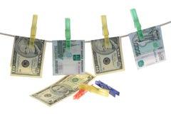 De bankbiljetten zijn vastgehaakte wasknijpers op een kabel Royalty-vrije Stock Afbeelding