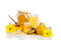 De banken van honing met honingraten, glaskom met honing Stock Foto's
