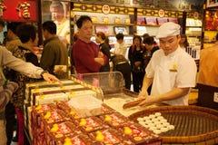 De banketbakker vervaardigt koekjes in snoepwinkel in Macao Royalty-vrije Stock Foto's