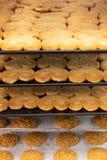 De banketbakker werkt het artisanale bladerdeegdeeg, gourmetThe de gebakjewerken het gastronomische bladerdeeg, artisanaal, Vers  stock afbeelding