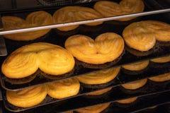 De banketbakker werkt het gebakken gastronomische bladerdeegdeeg, artisanaal, vers royalty-vrije stock foto's
