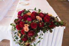 De banketlijst met rode dahlia's en een andere wordt verfraaid dat bloeit stock afbeelding