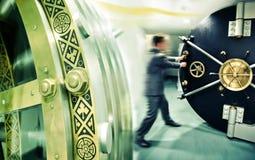 De bankier opent veilige deur stock fotografie