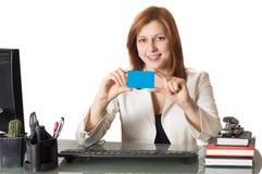 De bankier van de vrouw houdt een creditcard royalty-vrije stock foto's