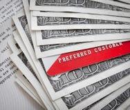De bankkaarten van het krediet/van het debet boven op usd papiergeld Stock Afbeeldingen