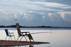 De bankstoel van de rivier visserij visserij stock foto