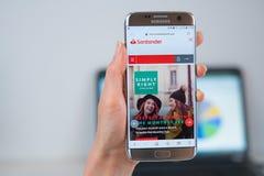 De bankwebsite van Santander die op mobiel wordt geopend royalty-vrije stock afbeelding