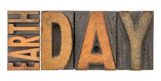 De banner van de aardedag in letterzetsel houten type Stock Fotografie