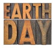 De banner van de aardedag in letterzetsel houten type Royalty-vrije Stock Foto's
