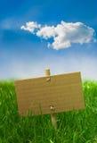 De banner van de aard op een groen gras en een blauwe hemel - teken Stock Afbeeldingen
