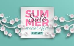 De banner van de de zomerverkoop met document sneed kader en bloeiende roze kersenbloemen op groene bloemenachtergrond voor banne Stock Afbeelding