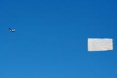 De banner van het vliegtuig in blauwe hemel Royalty-vrije Stock Foto
