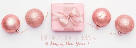 De Banner van Kerstmis Mooie roze die van het Kerstmisgift en ornament snuisterijen op witte achtergrond worden geïsoleerd stock afbeelding