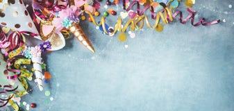 De banner van de panoramaeenhoorn met feestelijke Carnaval-grens stock fotografie