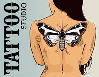 De banner van de tatoegeringsstudio Vrouw met vlindertatoegering Vectorvlindertatoegering op rug Illustratie voor tatoegeringswoo royalty-vrije illustratie