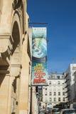 De banner voor Eglise giet toutes les Naties in Belleville, Pari Stock Foto