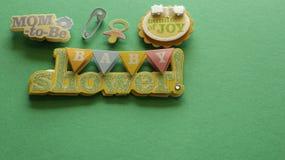 De bannermamma van de babydouche om tekenbundel van vreugdeteken op groene achtergrond te zijn stock foto