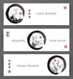 De banners met lotusbloembloemen, wilde orchidee en sakurabloesem in zwarte enso zen omcirkelen Bevat hiërogliefen - vrede stock illustratie