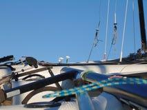 De bar bij de rug van de boot verzekert de beweging van de twee leidraden royalty-vrije stock foto