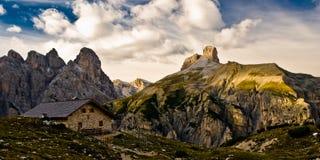 De barak van de berg in dolomietalpen royalty-vrije stock foto