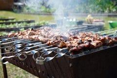 De barbecue met rook wordt voorbereid op de grill stock foto