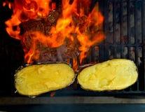De barbecue roosterde rundvleesvlees en bereidde aardappels voor Stock Foto's