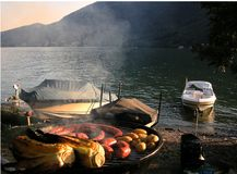 De barbecue van de zonsondergang met boten Stock Foto's