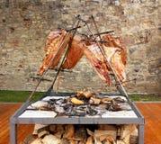 De barbecuevlees van het Asadobraadstuk op brand, traditionele schotel in Argentinië, Uruguay, Paraguay, Chili, en Brazilië Royalty-vrije Stock Fotografie