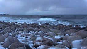 De Barentsz Zee, Februari-avond Teriberka Het gebied van Moermansk, Rusland stock video