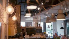 De Baristamens werkt in een comfortabele koffiewinkel bij teller Mooi koffiebinnenland stock videobeelden