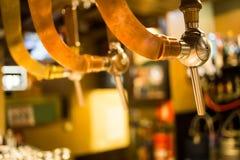 De barkraan van de bierbar, teller met de achtergrond van de onduidelijk beeldbar Brussel België stock afbeeldingen