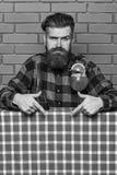 De barman adviseert om drank te proberen Barman met baard op strikt gezicht die neer met wijsvinger richten Mens in geruit royalty-vrije stock fotografie