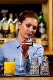 De barman bereidt cocktails bij de bar voor royalty-vrije stock afbeeldingen