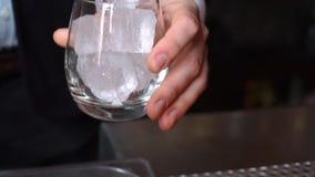 De barman bereidt cocktails en het maken alcoholdranken voor stock video