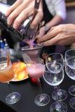 De barman bereidt coctail drank voor Royalty-vrije Stock Foto's