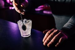 De barman bereidt een cocktail voor stock fotografie