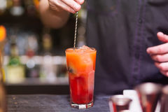 De barman beweegt alcohol Stock Afbeelding
