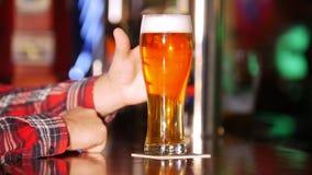 De barman gaat de drank tot de klant over Slechts handen stock videobeelden
