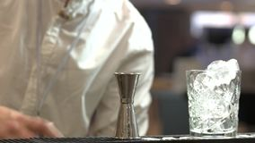 De barman gebruikt schudbeker stock video